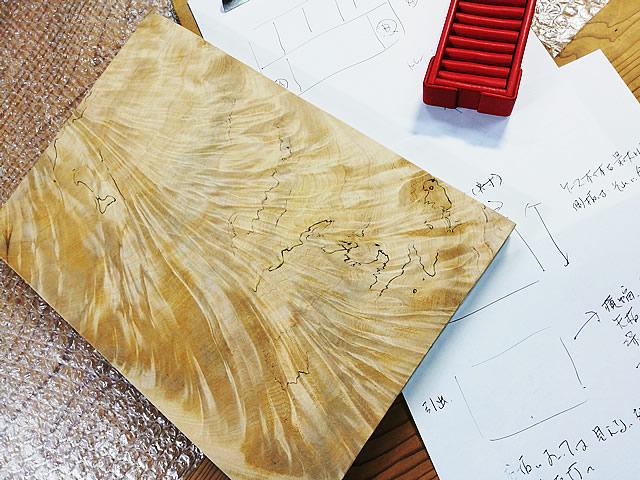 トチ杢 板材から制作